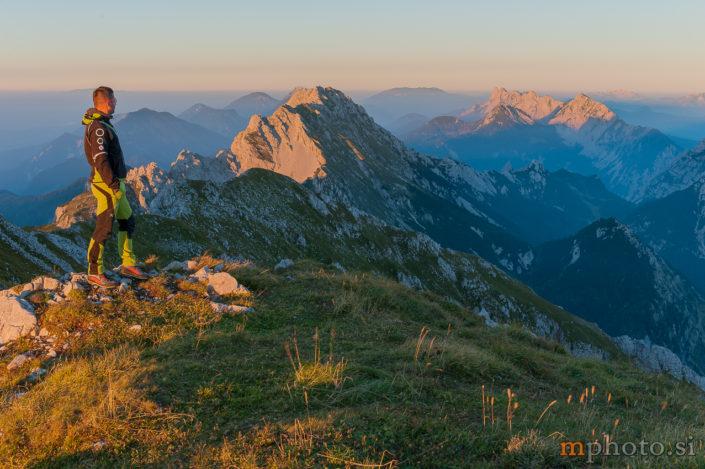 Vrtača z Malega Stola, v ozadju greben Košute